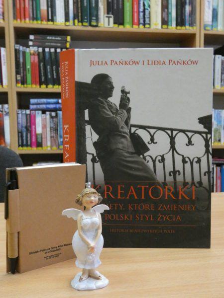 """Zdjęcie książki """"Kreatorki. Kobiety, które zmieniły Polski styl życia"""", figurka i notes"""